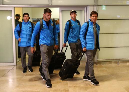 Los jugadores deBoca Juniors, con su entrenador Guillermo Barros Schelotto (derecha) al frente, a su llegada a Madrid.
