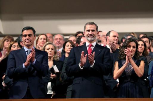 Los reyes Felipe y Letizia junto al presidente del Gobierno, Pedro Sánchez (i), al inicio del concierto conmemorativo del 40 aniversario de la Constitución.