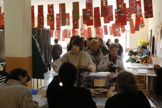 Imagen de archivo de votaciones en un colegio electoral de Palma en las elecciones generales de diciembre de 2015.