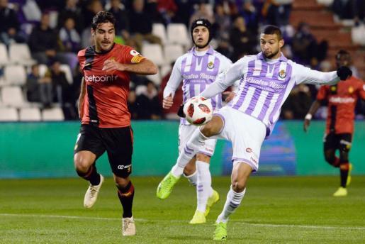 El delantero del Mallorca Abdón Prats (i) presiona a Joaquín Fernández, del Real Valladolid, durante el partido de vuelta de dieciseisavos de final de la Copa del Rey que se disputaba este miércoles en el estadio José Zorrilla, en Valladolid.