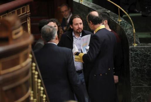 El líder de la formación Podemos, Pablo Iglesias, a su llegada al hemiciclo del Congreso de los Diputados, en el que se celebra esta mañana la solemne conmemoración del 40 aniversario de la Constitución.