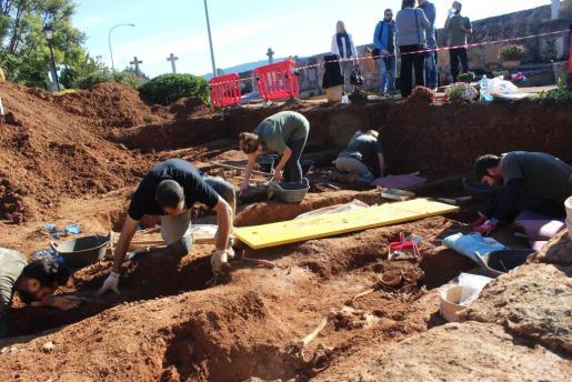 El equipo de arqueólogos que trabaja en la excavación encontró este jueves los restos del que podría ser el alcalde republicano de Búger Joan Alemany.