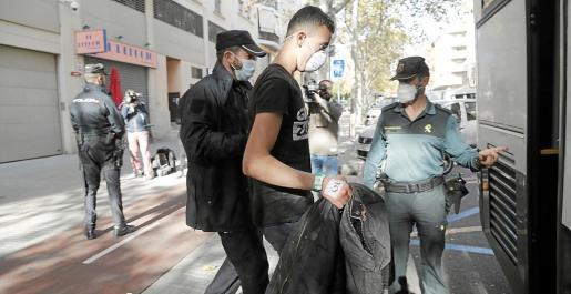 Los inmigrantes detenidos en Palma fueron trasladados a dependencias de la comandancia de la Guardia Civil por obras en los calabozos de la Policía Nacional.