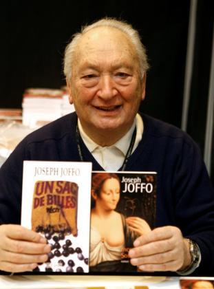 El escritor Joseph Joffo mostrando su libro 'Un saco de canicas'.