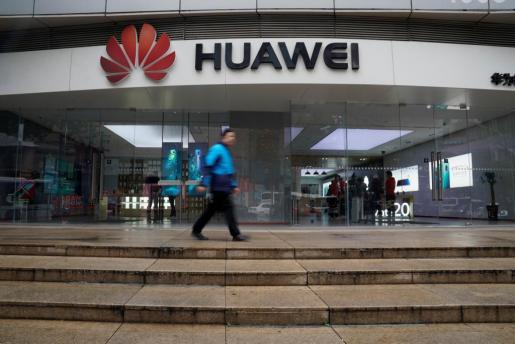 Fachada de un centro comercial en China con el logotipo de Huawei.