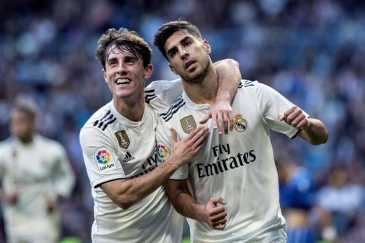 El delantero del Real Madrid Marco Asensio y el defensa Álvaro Odriozola, festejan el gol del primero durante el partido de vuelta de dieciseisavos de la Copa del Rey.