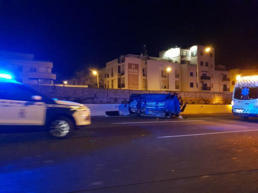Uno de los coches accidentados quedó volcado en la Vía de Cintura.