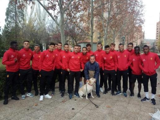 Eduardo Guadilla posa junto a la plantilla del Real Mallorca en su paseo matinal del miércoles.