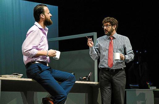 Edu Soto y Manolo Solo, en una escena de 'Smoking Room'.