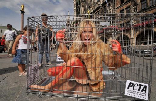 Imagen de una protesta de PETA en la que participó la presentadora de televisión alemana Tina Kaiser encerrada en una jaula.