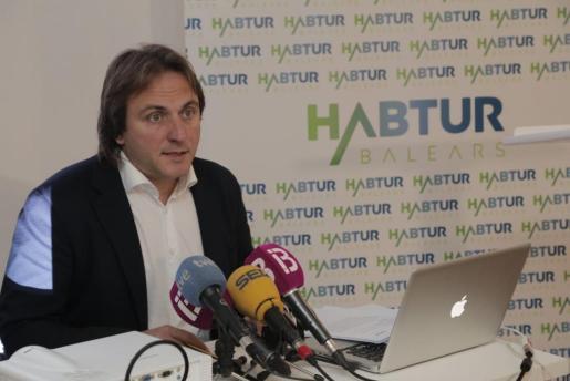 Joan Miralles, presidente de Habtur Baleares, durante la rueda de prensa de este viernes en la sede de la patronal.