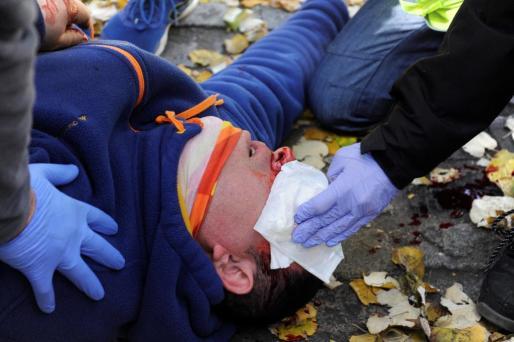 Un joven ha sido detenido y seis mossos d'esquadra y varios manifestantes han resultado heridos durante una protesta violenta contra un acto conmemorativo del 40 aniversario de la Constitución convocado este jueves en Girona.