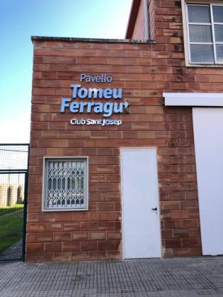 Imagen de la fachada del Pavelló Tomeu Ferragut, nueva denominación de la pista de Sant Josep Obrer.