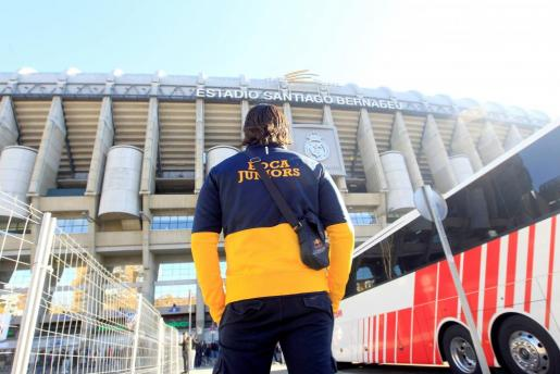 Un aficionado de Boca Juniors visita las inmediaciones del Santiago Bernabéu.