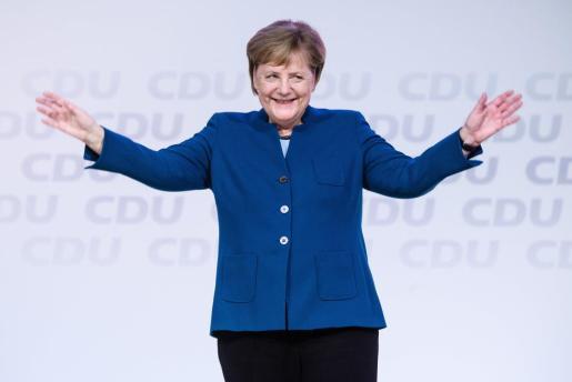 La canciller alemana Angela Merkel saluda durante un acto de despedida.