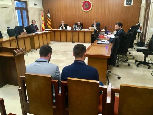 Los dos acusados de violación en el banquillo de la Audiencia Provincial de Palma.