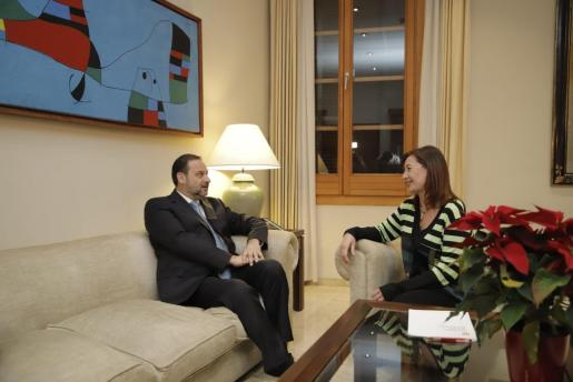 El ministro de Fomento, José Luis Ábalos, conversando con la presidenta del Govern balear, Francina Armengol.
