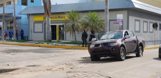 Agentes de policía frente el banco donde se ha producido el intento de robo.