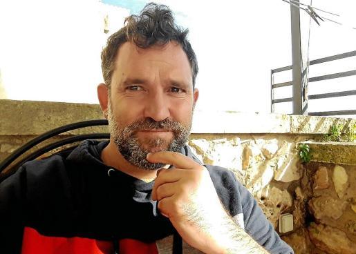 El ilustrador Iván Mata, posando para esta entrevista en Sineu.