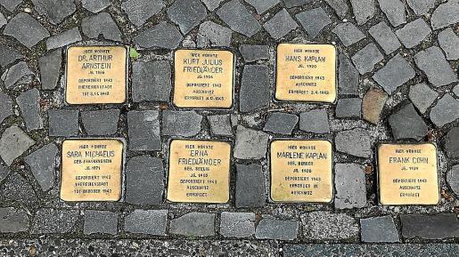 Las 'Stolperstein', colocadas sobre las aceras europeas, frente a domicilios de víctimas de los nazis, crecen de año en año.