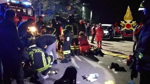 Los equipos de emergencias, atendiendo a los heridos.