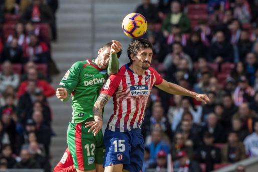 El defensa montenegrino del Atlético de Madrid Stefan Savic (d), y el delantero argentino del Deportivo Alavés Jonathan Calleri, durante el partido de La Liga Santander correspondiente a la décimoquinta jornada que se disputa en el Estadio Wanda Metropolitano de Madrid.
