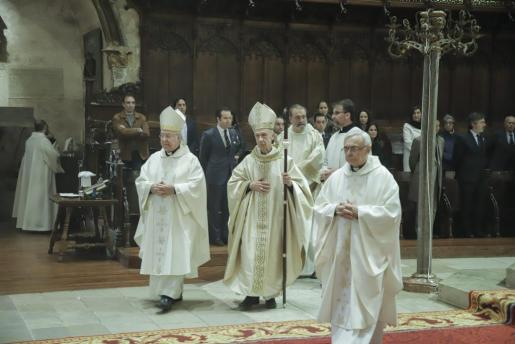 El obispo Taltavull, el cardenal Ladaria y el déan de la Seu Teodor Suau.