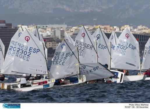 La flota de la clase Optimist, durante la jornada de competición de este sábado.