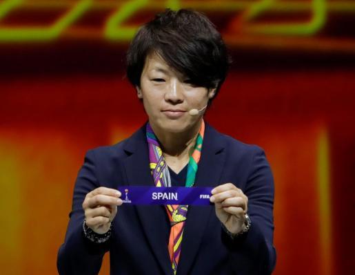 Aya Miyama muestra la papeleta con el nombre de España en el sorteo del Mundial 2019.