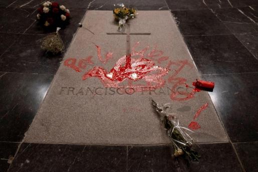 La Guardia Civil ha detuvo el 31 de octubre a un hombre tras pintar la tumba del dictador Francisco Franco en el Valle de los Caídos con la frase 'Por la libertad', en letras rojas.