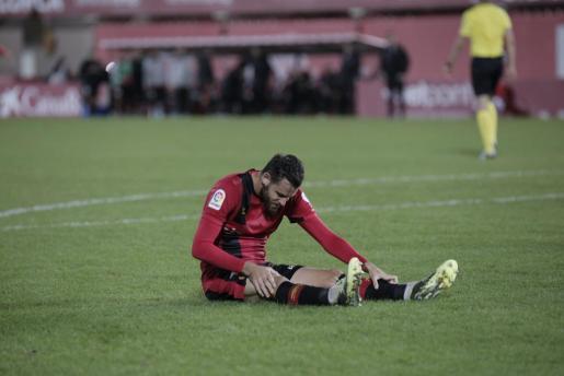 El jugador del Real Mallorca Álex López se lamenta sobre el césped de Son Moix.