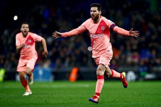 El delantero argentino del Barcelona Leo Messi celebra uno de sus goles ante el Espanyol, durante el partido correspondiente a la decimoquinta jornada de LaLiga Santander que se disputa hoy en el estadio de Cornellà-El Prat.
