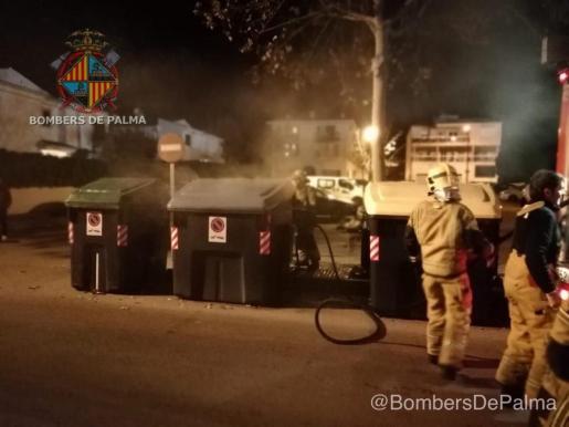 Los bomberos sofocan las llamas en un contenedor de reciclaje de papel.