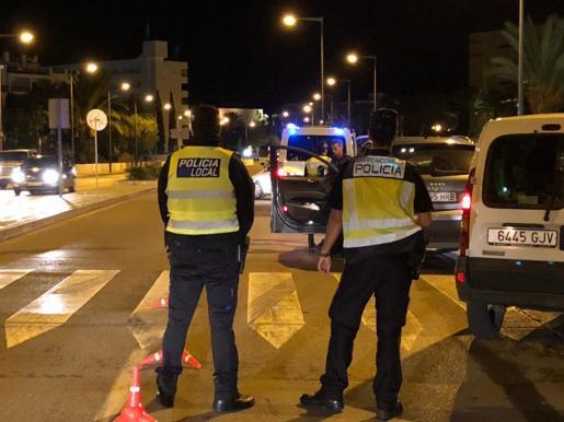 Imagen de varios policías, en un operativo nocturno.