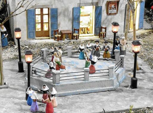 Una escena de 'ball de bot' sobre el 'cadafal' con el fondo del popular café de Can Tomeu.