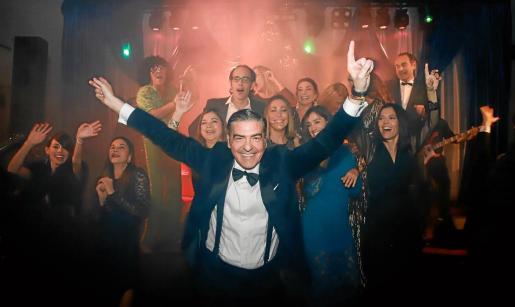 Esteban Mercer fue, una vez más, el anfitrión de la fiesta navideña de Ultima Hora, que culminó con una sesión de baile divertidísima gracias a la actuación de Los Mickys.