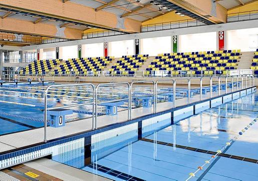 Una de las inversiones más importantes que se harán desde el Ajuntament de Palma es el acondicionamiento de las piscinas de Son Hugo. A la derecha, las Torres del Temple, que se rehabilitarán y se incorporarán en la red de museos. Foto: Archivo UH