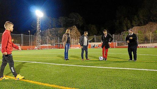 El campo de fútbol de ses Eres cuenta con un nuevo césped.