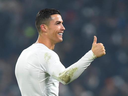 Cristiano Ronaldo realiza un gesto al público tras el partido entre la Juventus y el Inter de Milán.