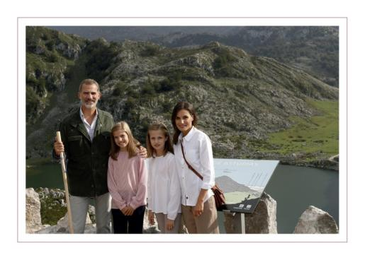 Los Reyes Felipe y Letizia, junto a sus hijas, Leonor y Sofía, en los lagos de Covadonga.