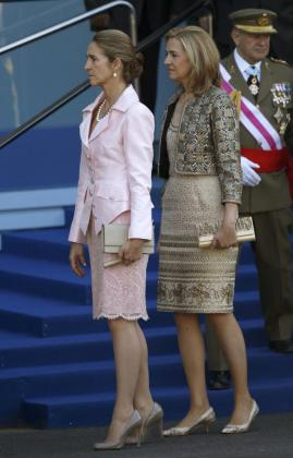 Las infantas Elena y Cristina, durante el desfile militar de la Fiesta Nacional, presidido por los Reyes, en Madrid.