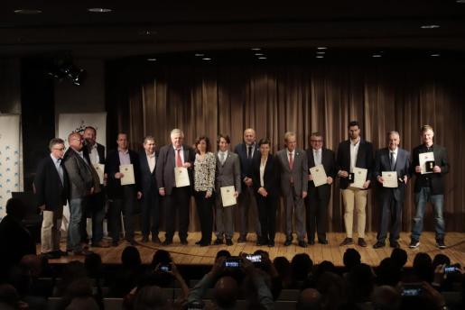 Los galardonados, junto a Eduardo Gamero; el presidente del Consell, Miquel Ensenyat; y el director general de Turisme, Antoni Sansó, en el CaixaForum.