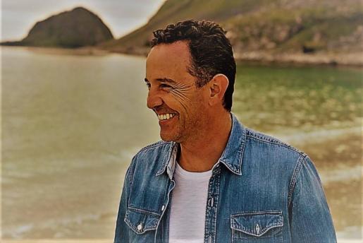 El cantautor Rafa Ferrá regresa a La Movida para presentar su tercer trabajo discográfico.