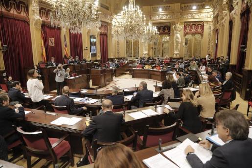 Momento de la sesión plenaria del Parlament balear que ha aprobado este martes la Ley de Caminos Públicos.