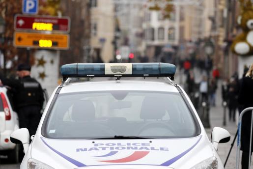 La Policía monta guardia cerca del lugar donde se produjo un ataque en Estrasburgo.