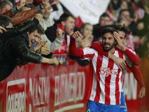 El centrocampista mallorquín Carlos Carmona celebra con el Sporting de Gijón.