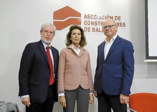 Eduardo López, Carmen Planas y Antoni Riera, este miércoles, en la presentación del informe.