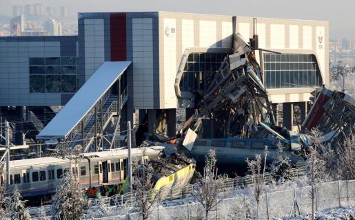 El choque tuvo lugar apenas unos 15 minutos después de la salida del tren de la estación de Ankara. Algunos medios indican que el tren de pasajeros descarriló y chocó contra un paso elevado, que se desplomó sobre algunos de los vagones.