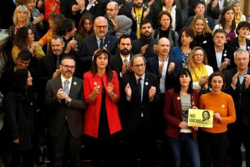Los presidentes de la Generalitat, Quim Torra y Roger Torrent, posan en las escaleras del Parlament junto a diputados de JxCAT, ERC y CUP con motivo del acto de presentación de un manifiesto de apoyo a la expresidenta del Parlament Carme Forcadell.