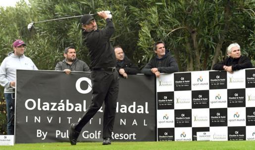 José María Olazábal golpea la bola en el inicio de uno de los hoyos de Pula Golf.